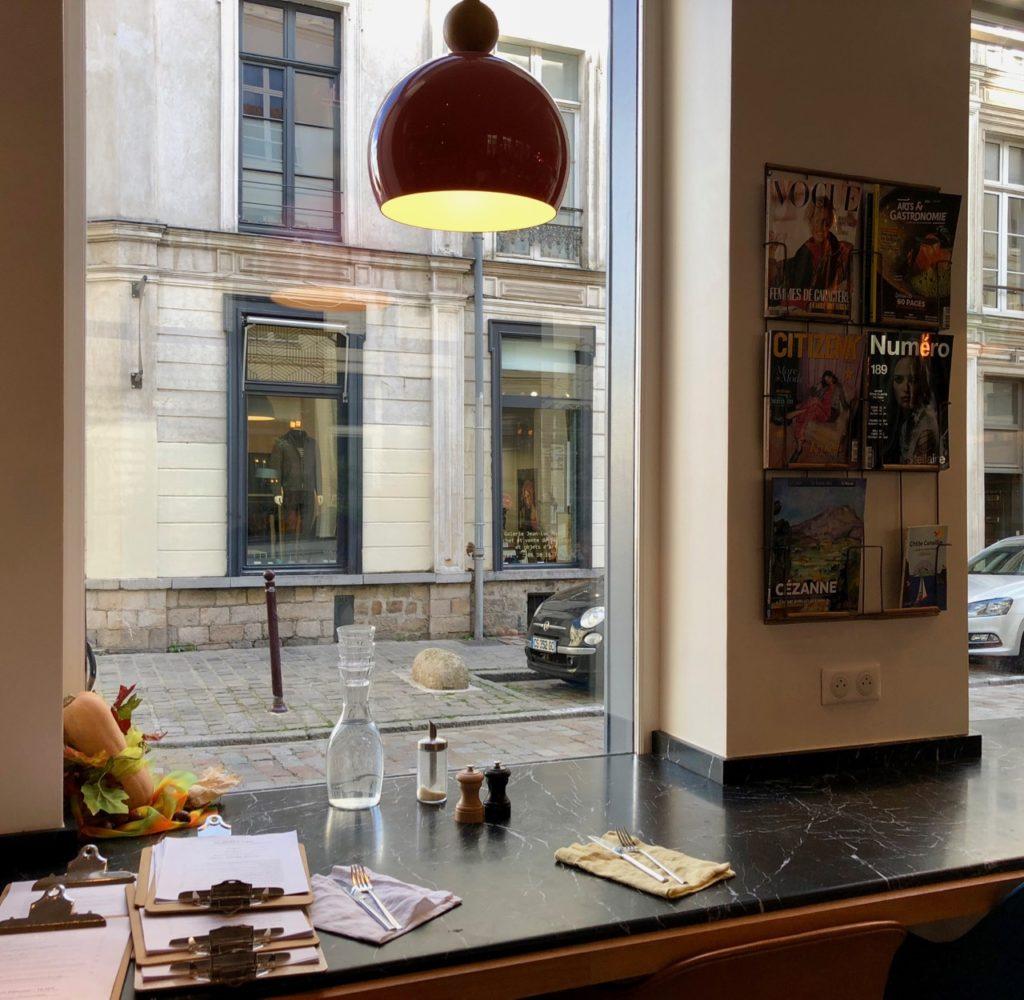 Lille Pablo et Valentina table front à rue magazines