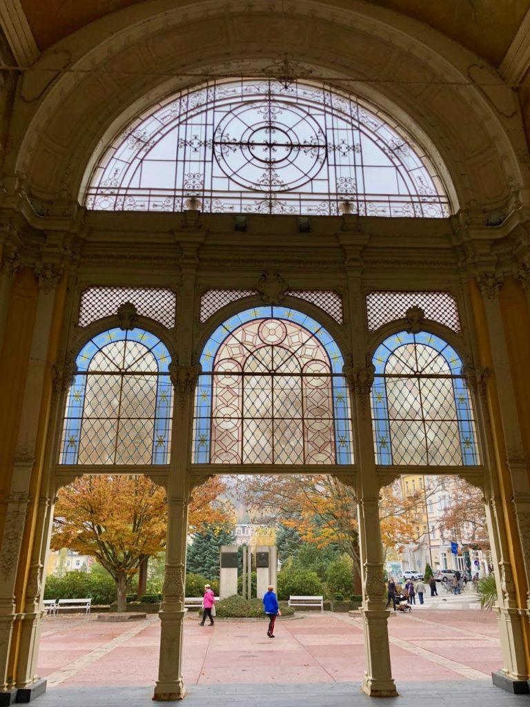 Marienbad-vitraux-colonnade