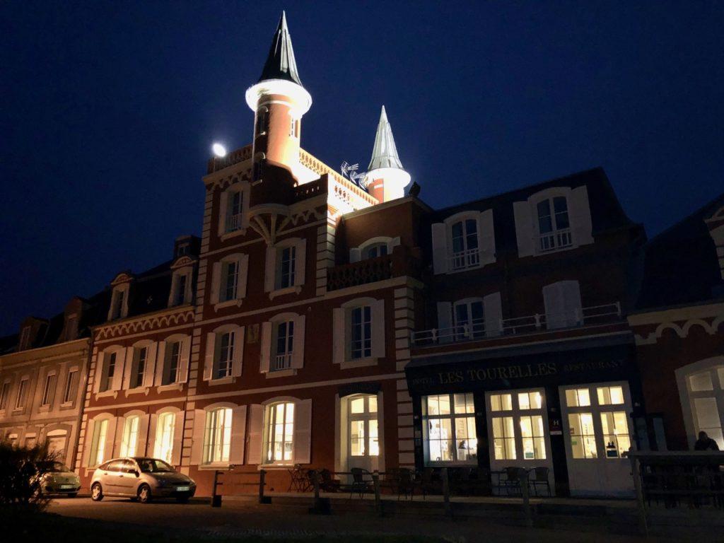 Le Crotoy hôtel Les Tourelles extérieur nuit