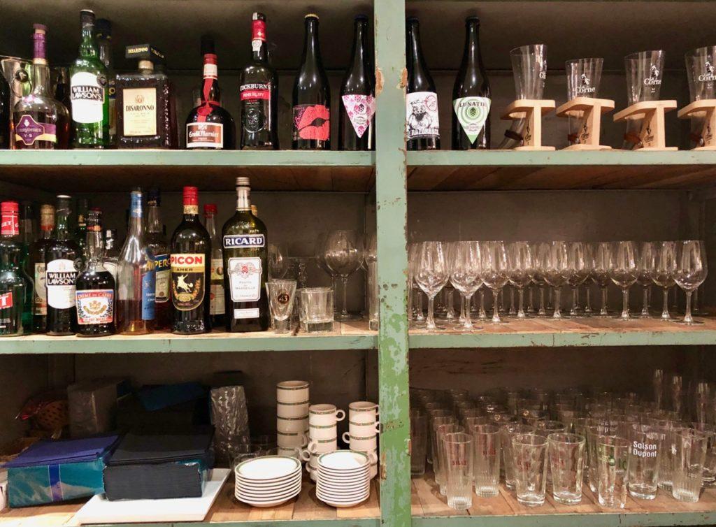 Tournai-Tatie Danielle étagères bouteilles et vaisselle