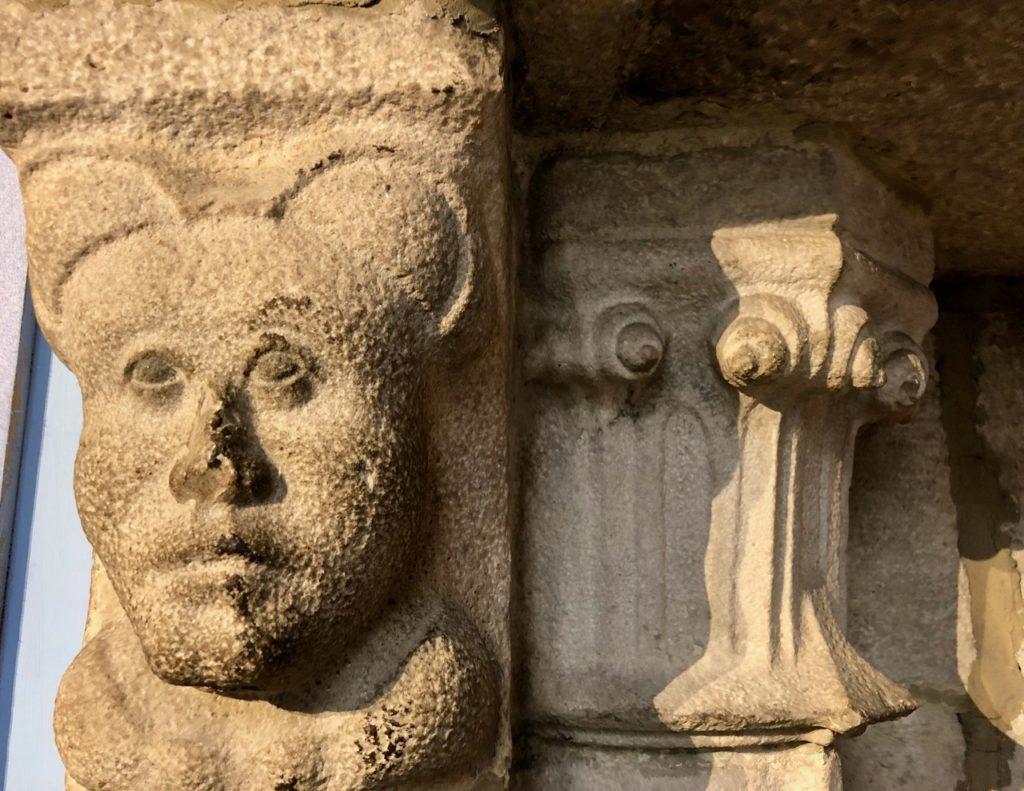 Douai beffroi tête femme pierre