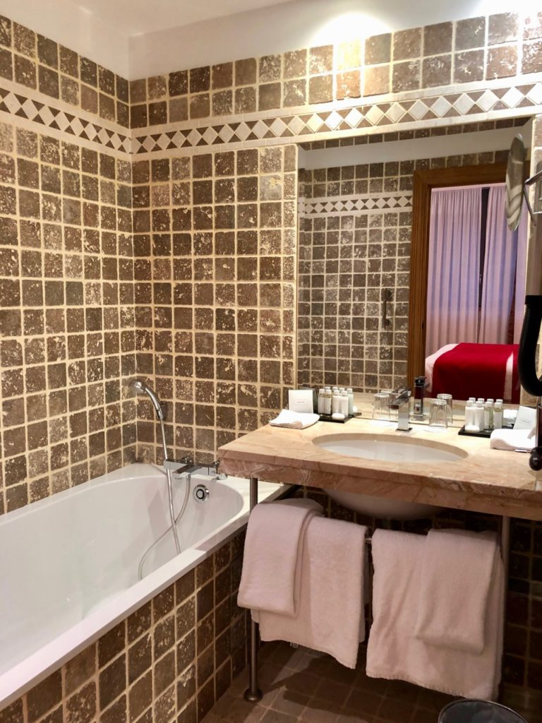 Rouen hotel Bourgtheroulde salle bain