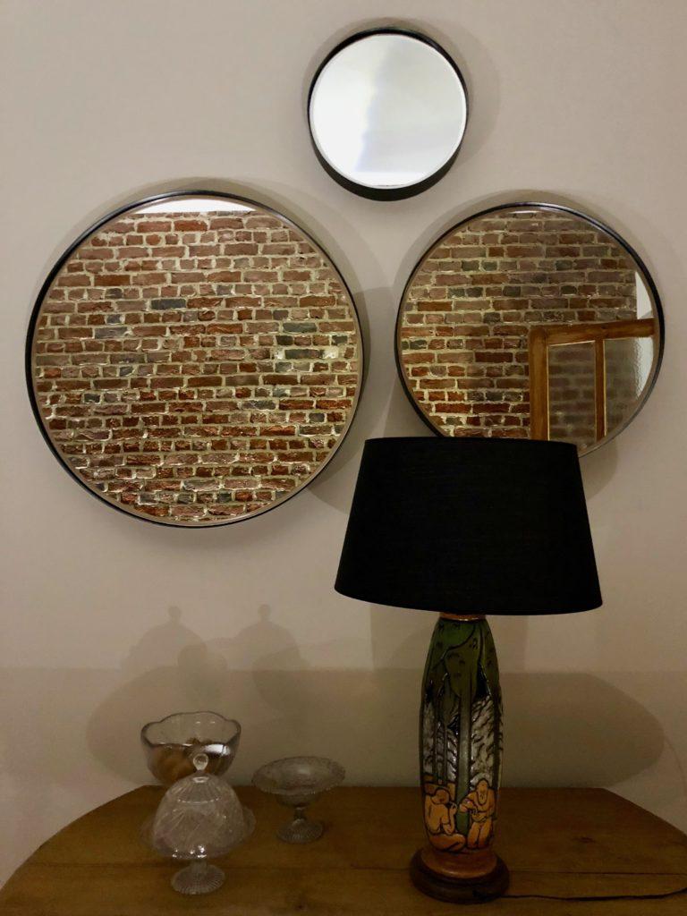 Salon trois miroirs ronds et lampe