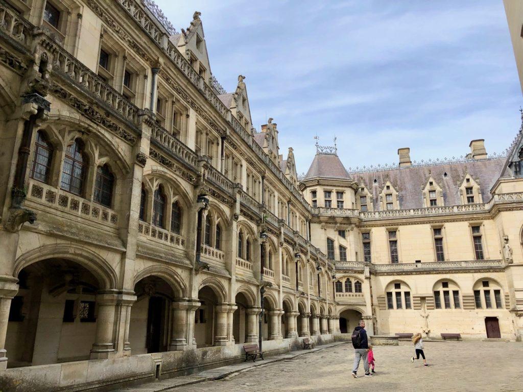 Chateau de Pierrefonds cour interieure