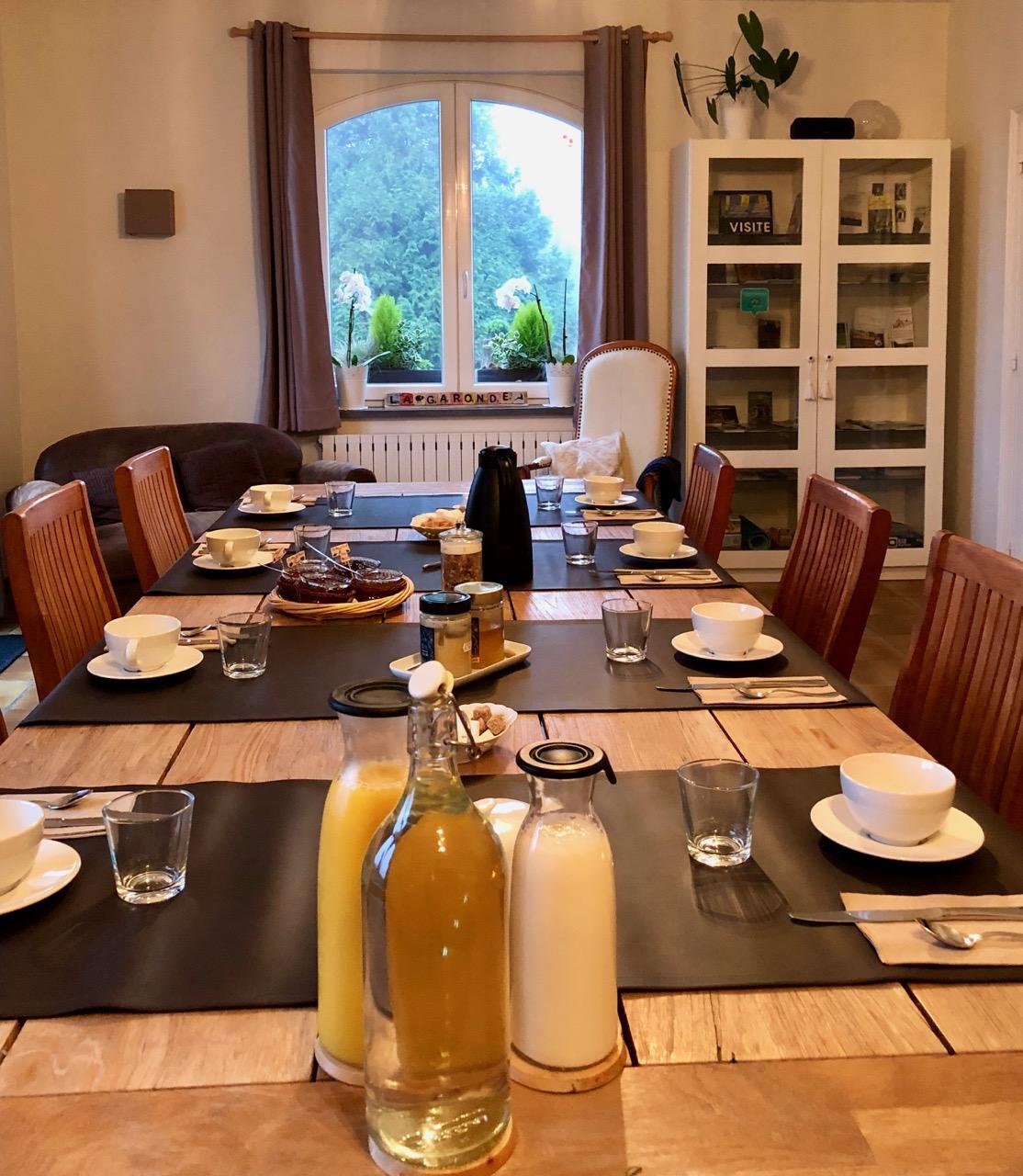 Berthen-La-Garonde-table-petit-dejeuner