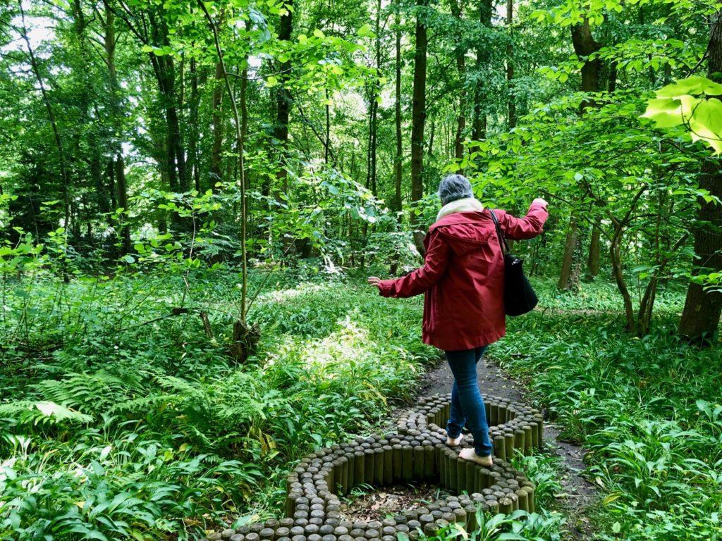 Jardin-botanique-Meise-parcours-surprenez-vos-pieds-fille-de-dos