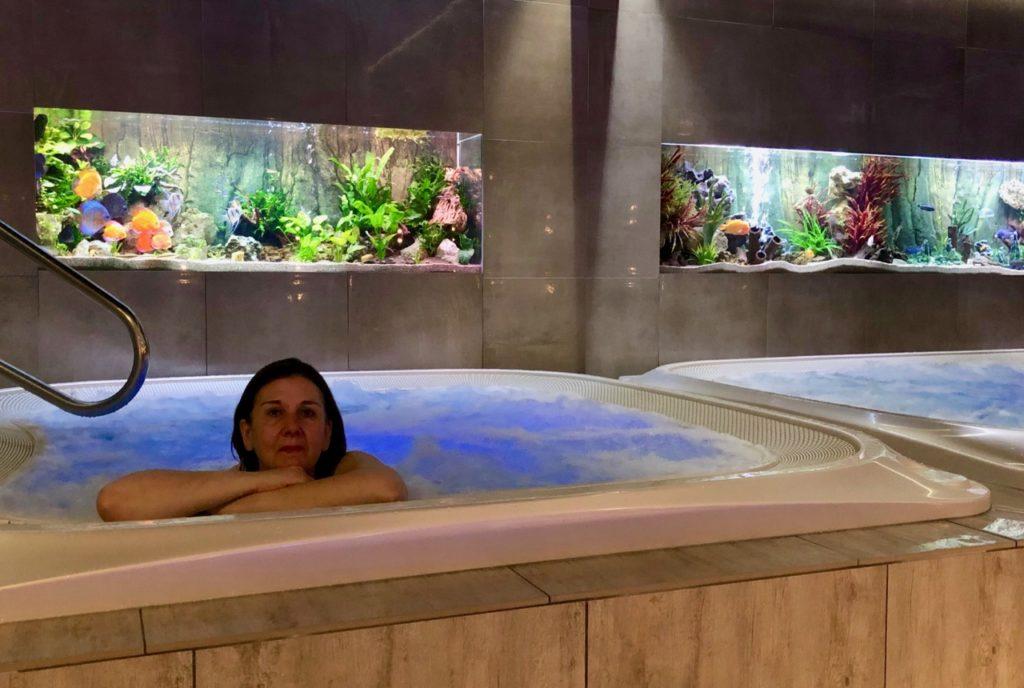 Thermes Dilbeek jacuzzi intérieur aquariums