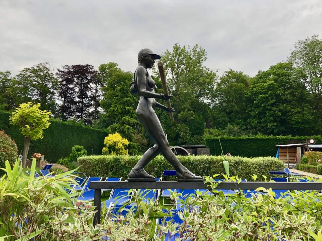 Thermes Dilbeek statue fille équilibre