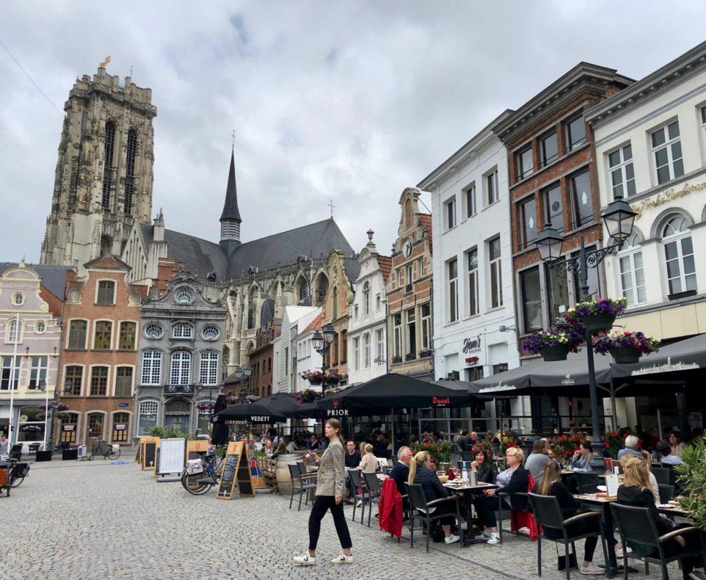 A-voir-a-Malines-Grote-Markt-tour-Rombaut-fond