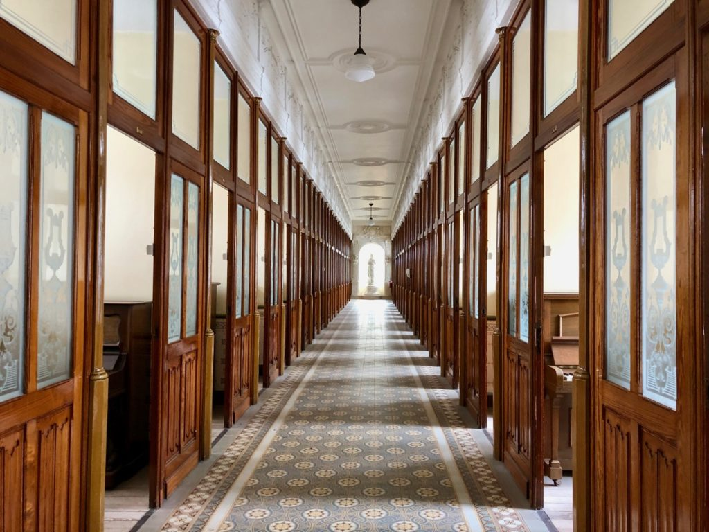A-voir-a-Malines-Ursulines-couloir-pianos