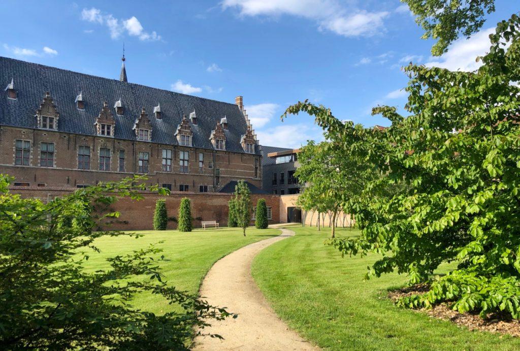 A-voir-a-Malines-jardin-silence-palais-archiepiscopal-chemin