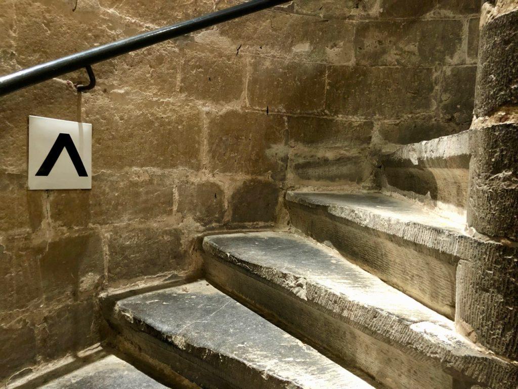 A-voir-a-Malines-tour-Rombaut-escalier-pierre