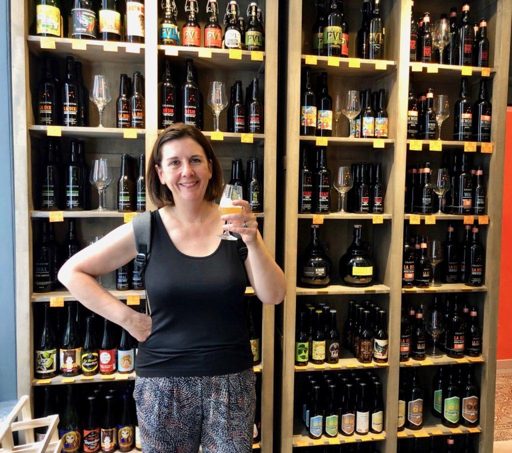 Balade-gourmande-lille-micro-brasserie-celestin-degustation-devant-etagere-bieres