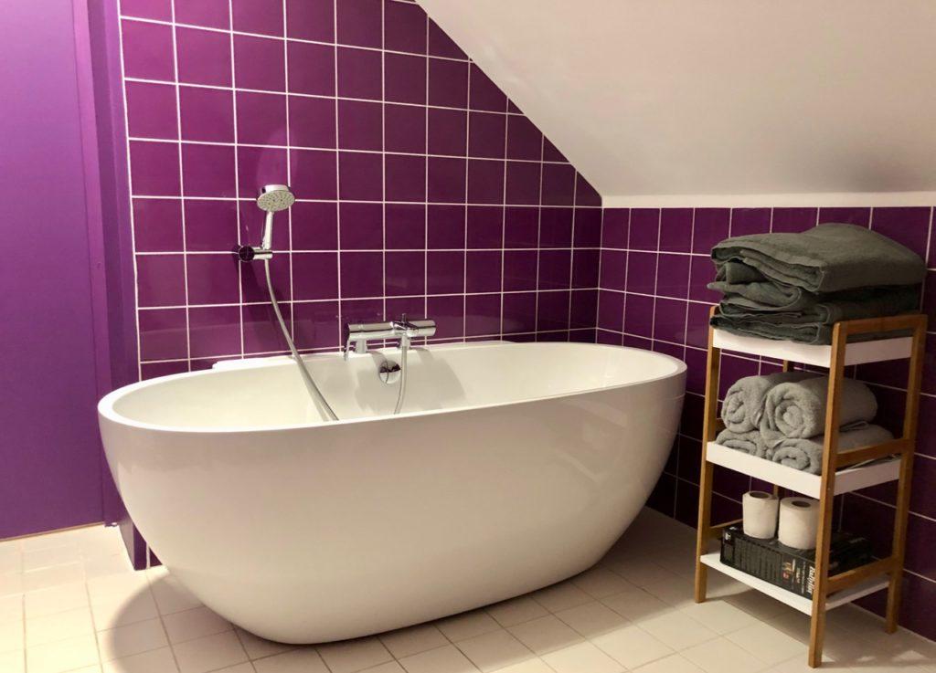 Bruay-Labuissiere-Cite-des-Electriciens-salle-de-bains-gite-mauve