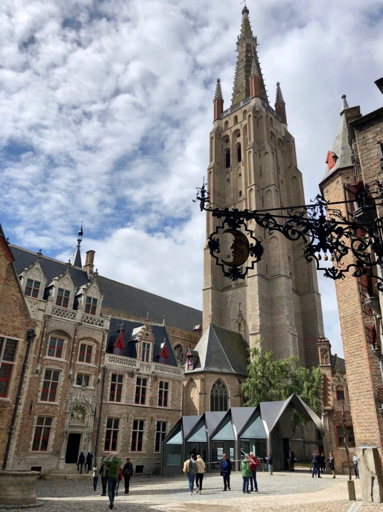 Bruges-musee-Gruuthus-cour-eglise