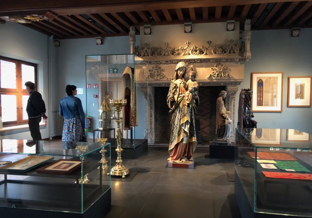 Bruges-musee-Gruuthus-salle-objets-religieux