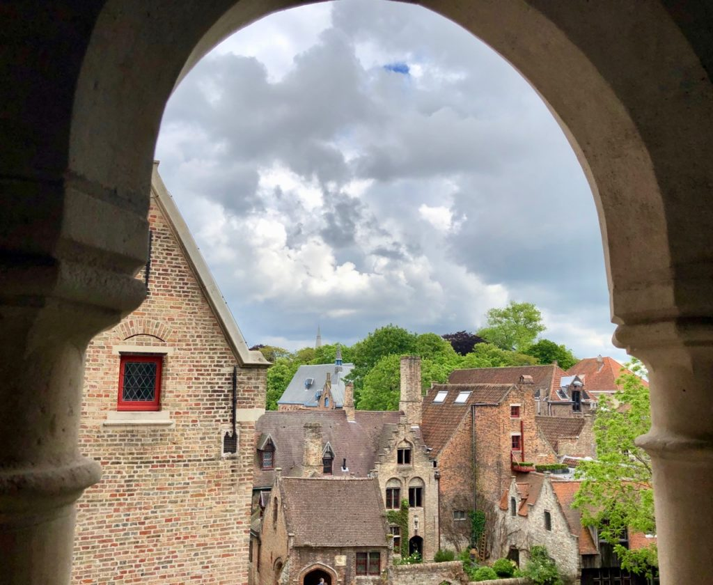 Bruges-musee-Gruuthus-vue-sous-voute-terrasse