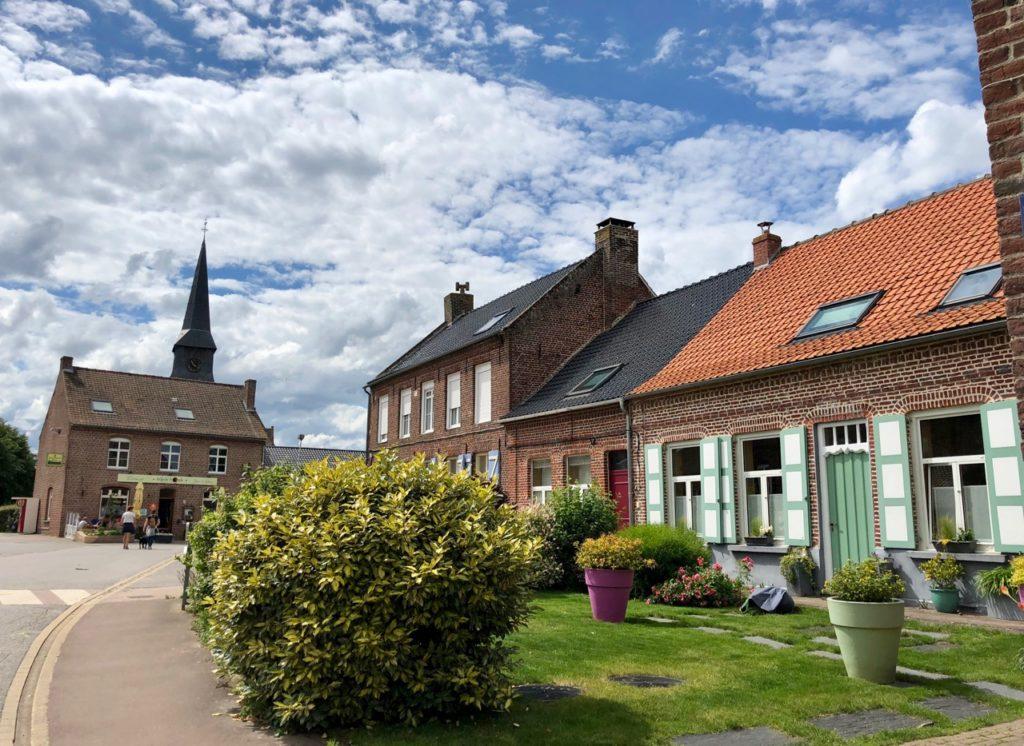 Terdeghem-village-patrimoine-maison-et-vue-eglise