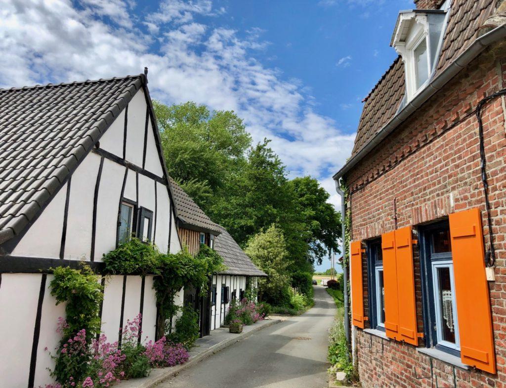 Terdeghem-village-patrimoine-maison-volets-oranges