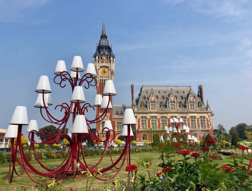 Calais-Hotel-de-ville-exterieur-avec-lampadaire-devant