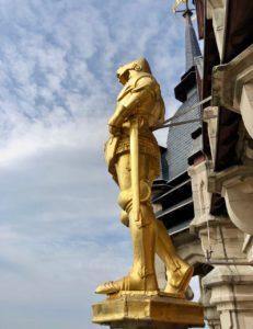 Calais-Hotel-de-ville-exterieurstatue-doree-en-haut-beffroi