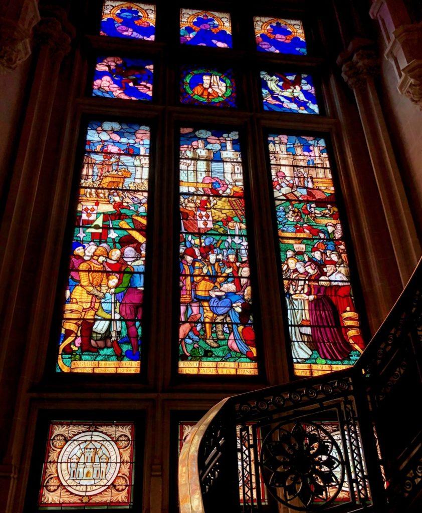 Calais-Hotel-de-ville-interieur-vitraux-hall