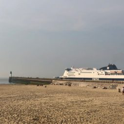 Calais-plage-digue-et-ferry