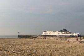 Calais-plage-digue-et-ferry
