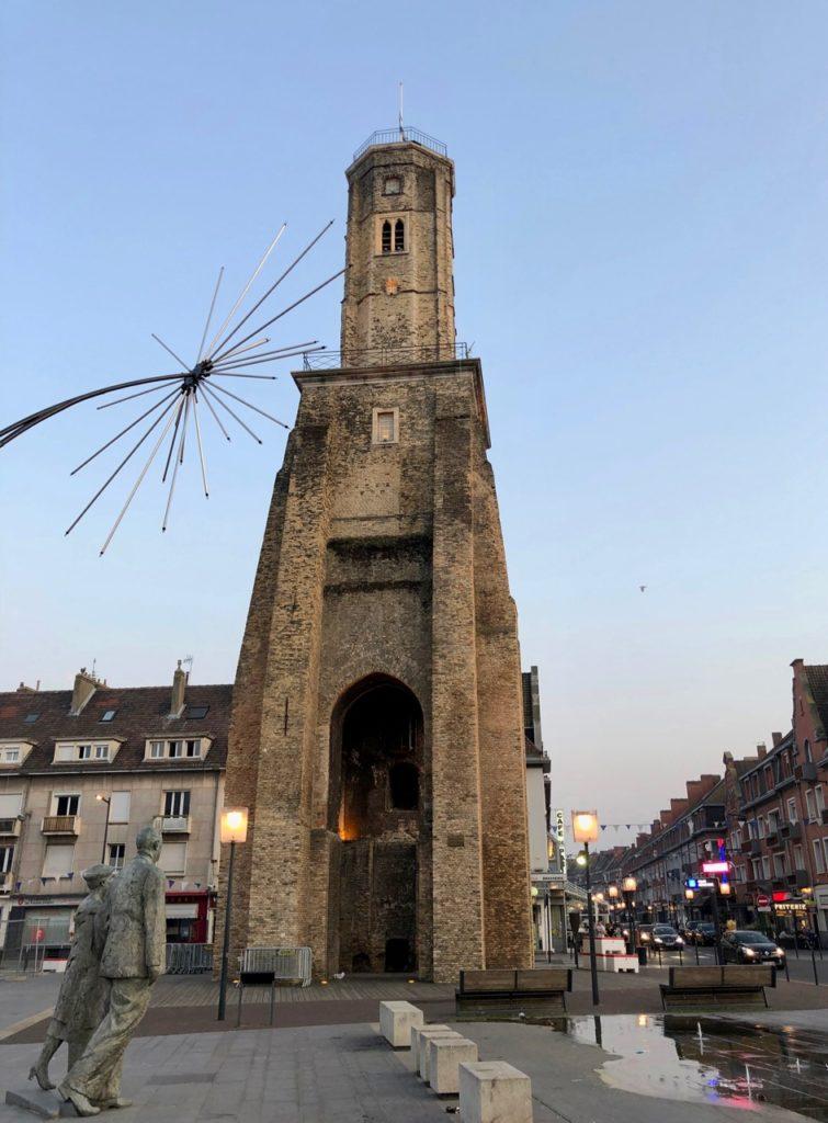 Calais-statue-Monsieur-et-Madame-de-Gaulle-vus-de-loin