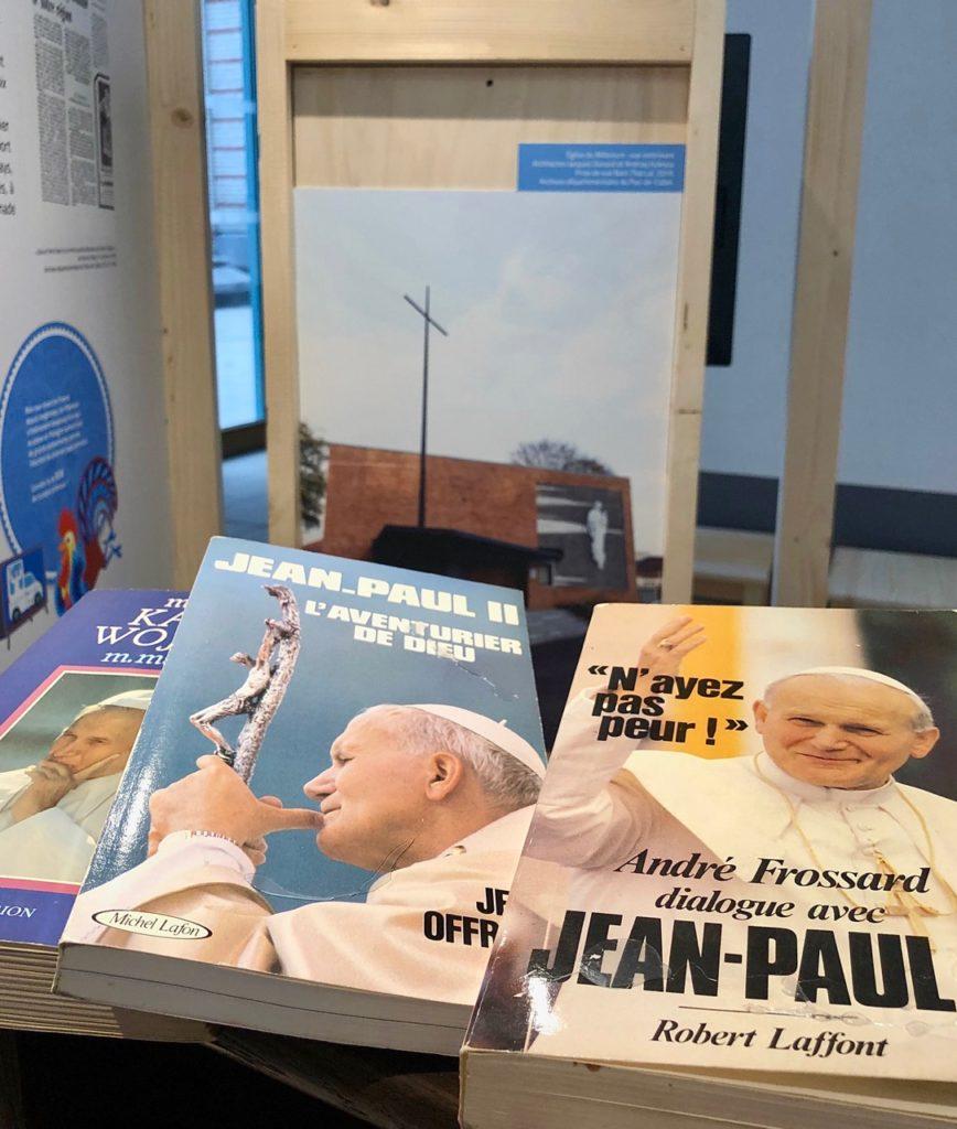 Expo-Pologne-Lens-Sto-Lat-livres-Jean-Paul-deux
