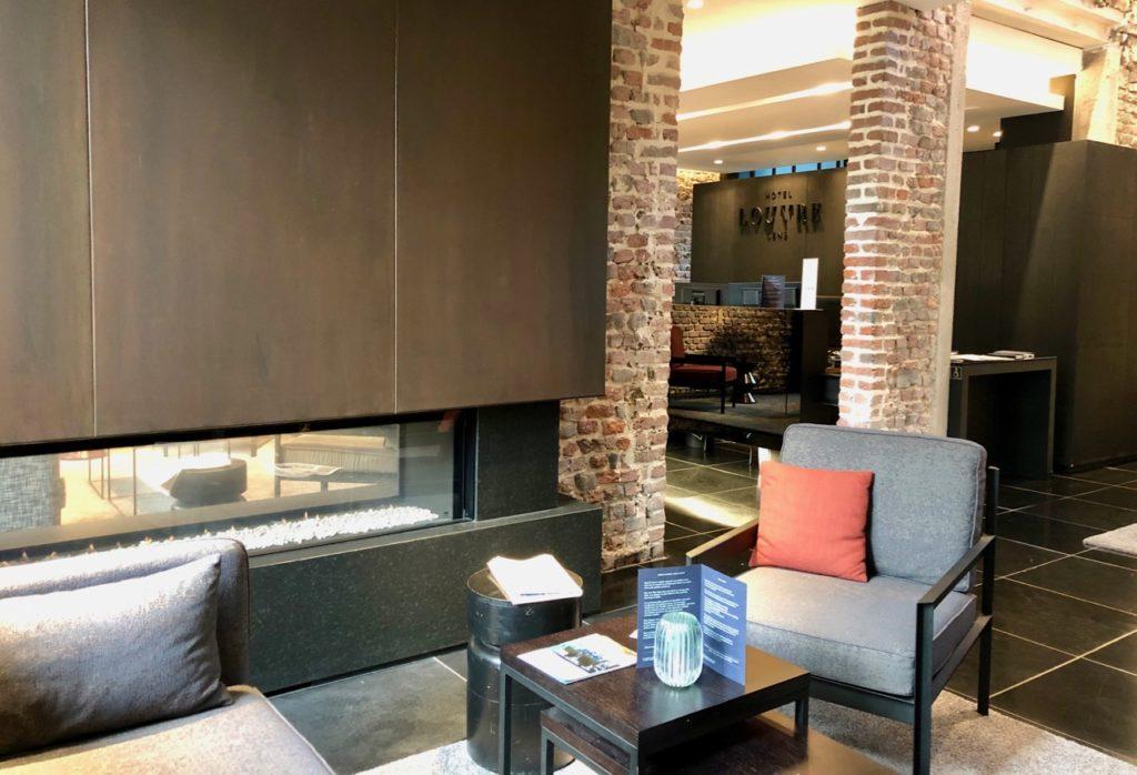 Hotel-Louvre-Lens-accueil-salon-cheminee