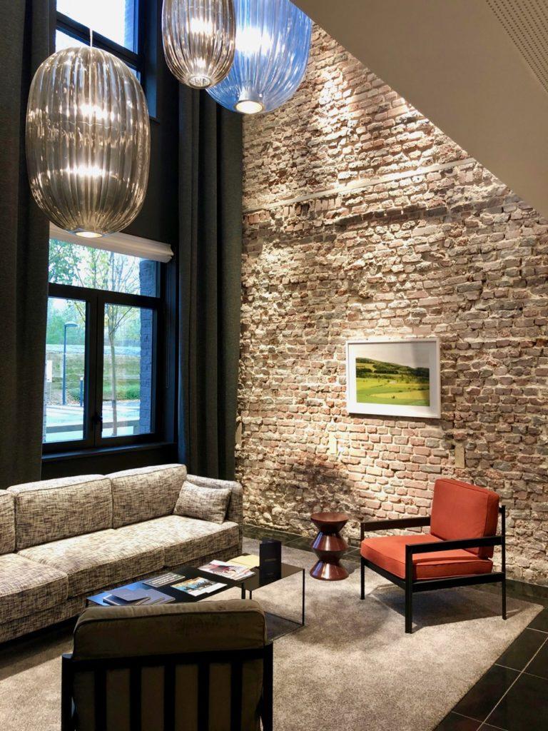 Hotel-Louvre-Lens-salon-mur-brique