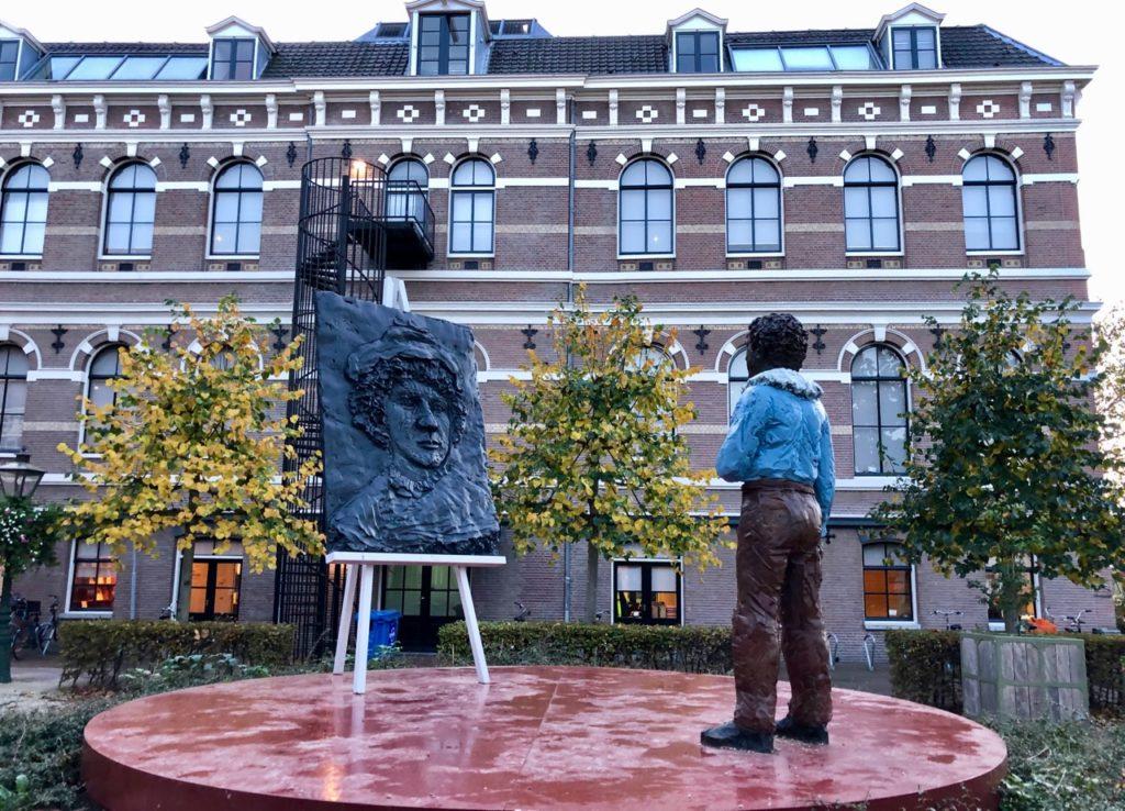 Leyde-Weddesteeg-statue-Rembrandt