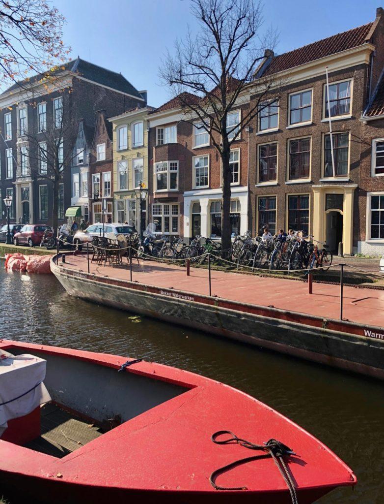 Leyde-bateau-rouge-canal