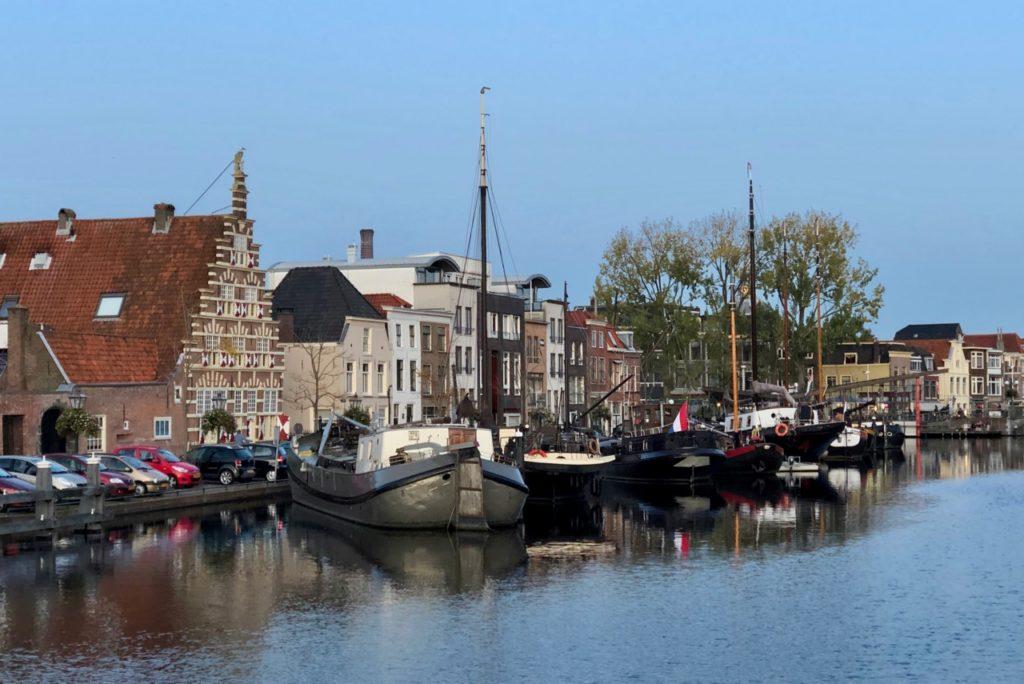 Leyde-canal-avec-plusieurs-bateaux