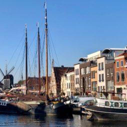 Leyde-canal-moulin-noir-et-bateaux