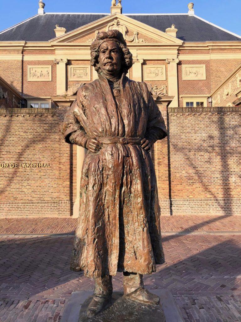 Leyde-museum-de-Lakenhal-statue-Rembrandt-entree