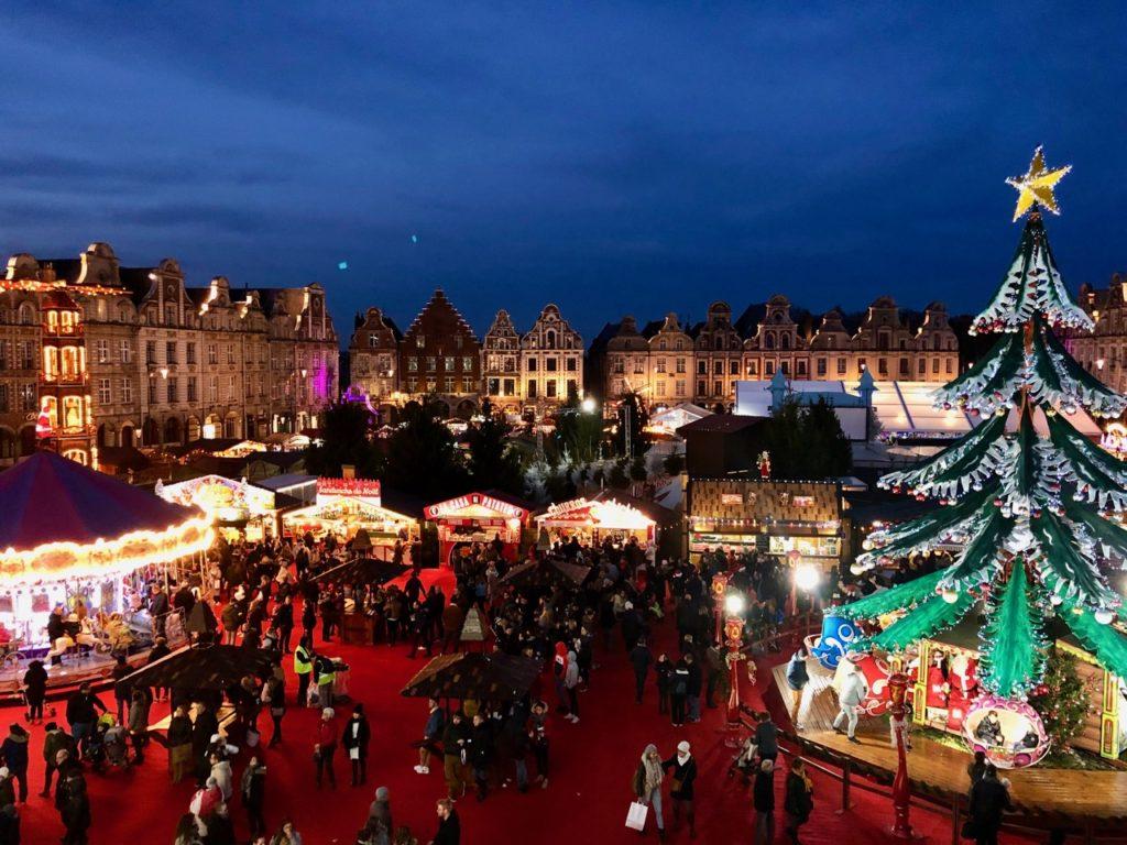 Arras-marche-de-Noel-de-nuit-avec-sapin