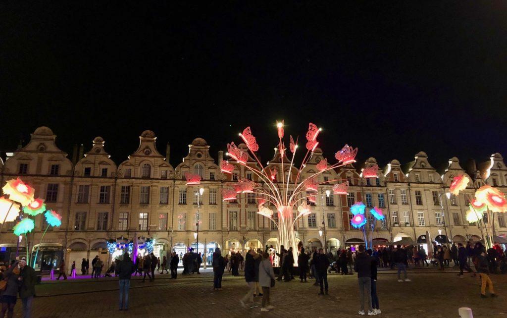Arras-marche-de-Noel-place-du-Beffroi-illuminee