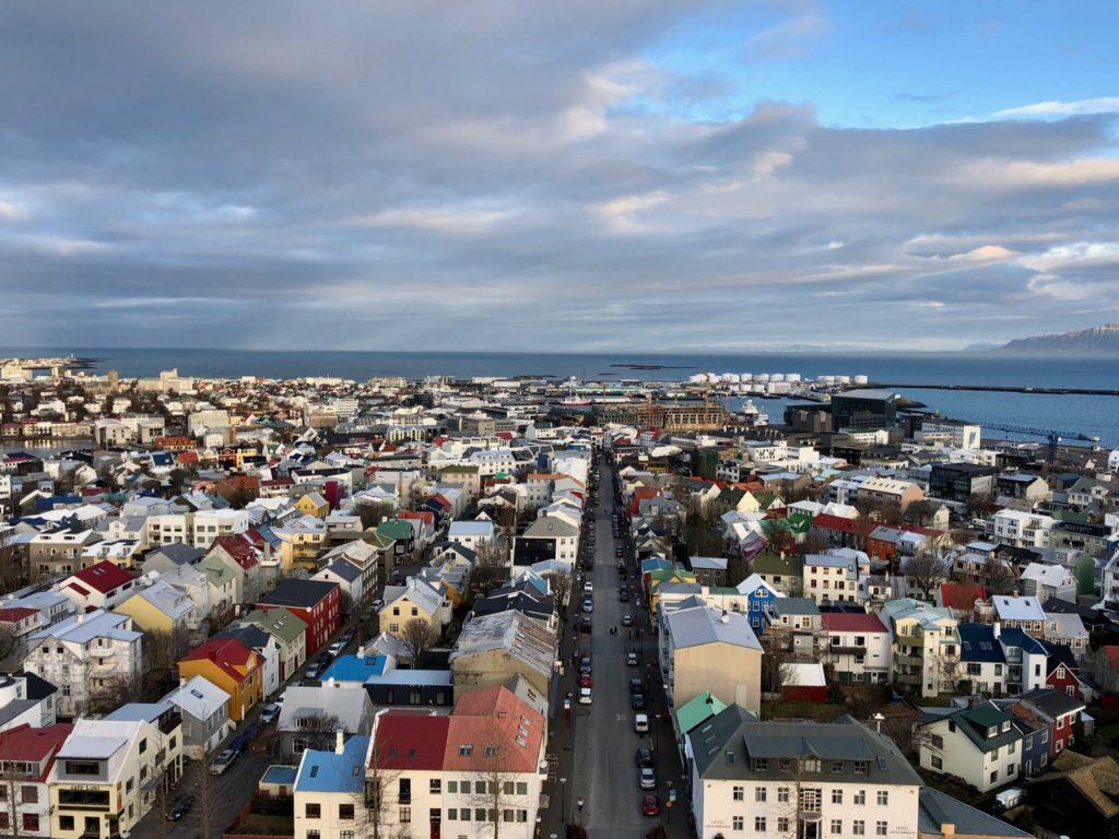 Plus-au-nord-Reykjavik-vue-hauteur-avec-mer