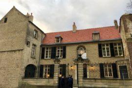 Saint-Omer-Palais-de-la-Cathedrale-facade-arrivee-petit-groupe