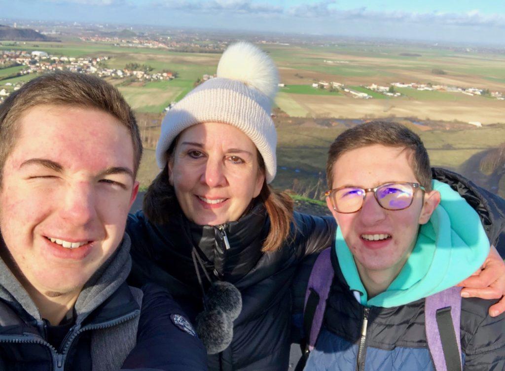 Terrils-jumeaux-Loos-en-Gohelle-trois-promeneurs-au-sommet