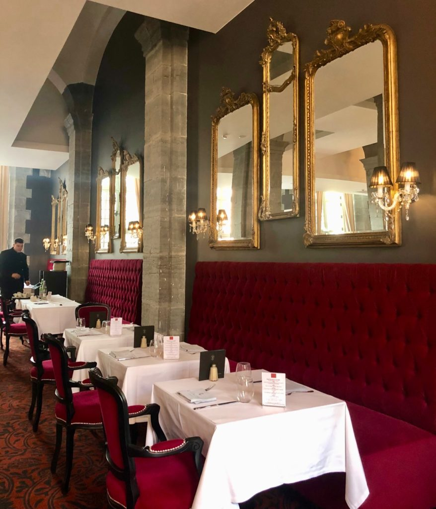 royal-hainaut-valenciennes-brasserie-la-galerie-rang-tables-mur-miroirs