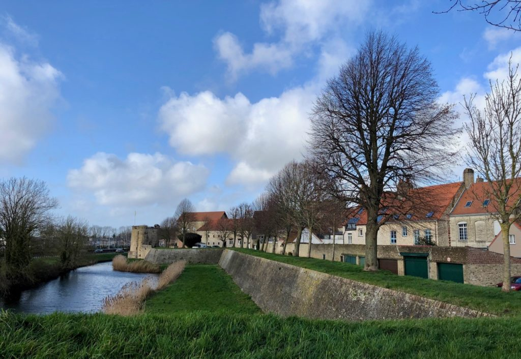 Bergues-remparts-tour-et-ville