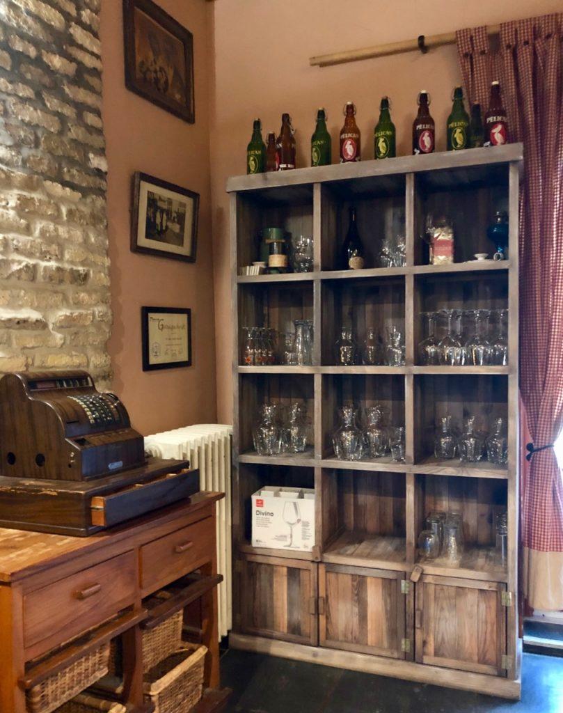 Bergues-restaurant-Le-Bruegel-Bergues-restaurant-Le-Bruegel-etageres-et-vieille-caisse-enregsreuse
