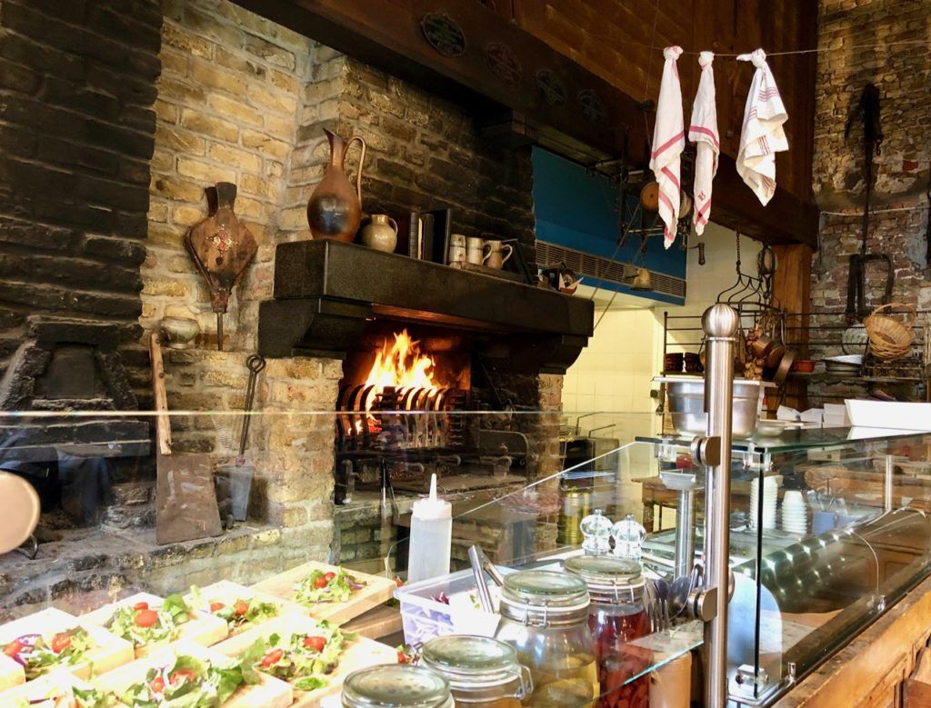 Bergues-restaurant-Le-Bruegel-feu-de-cheminee