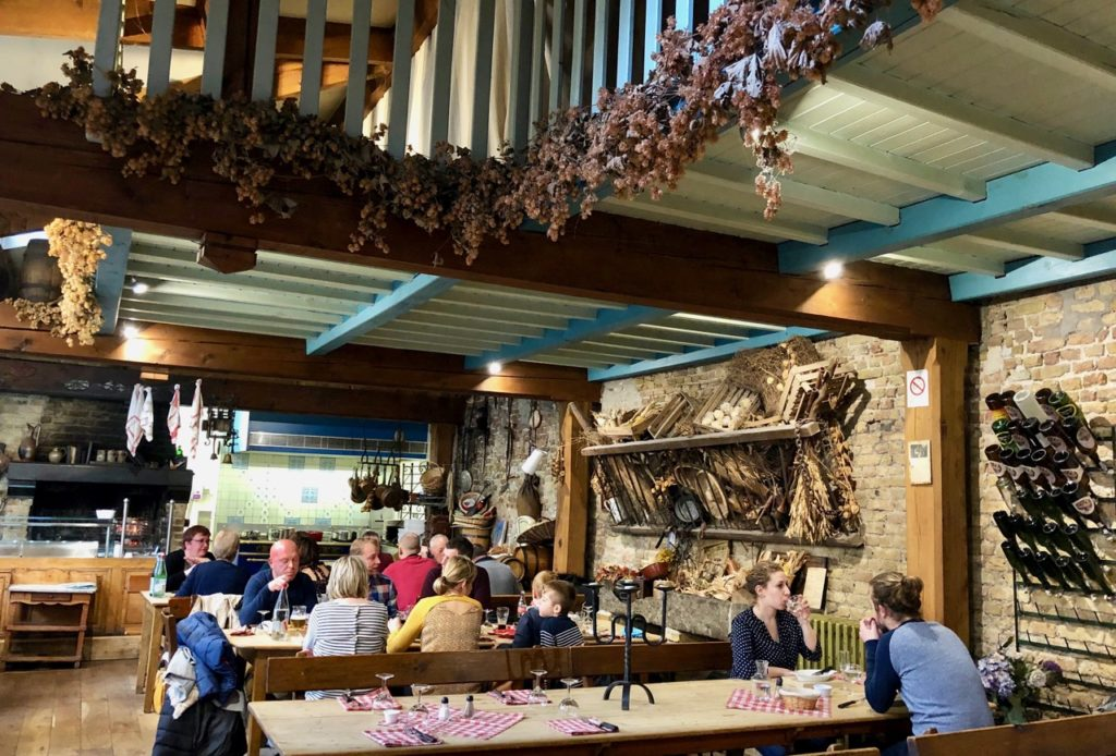 Bergues-restaurant-Le-Bruegel-grande-salle-houblon-plafond