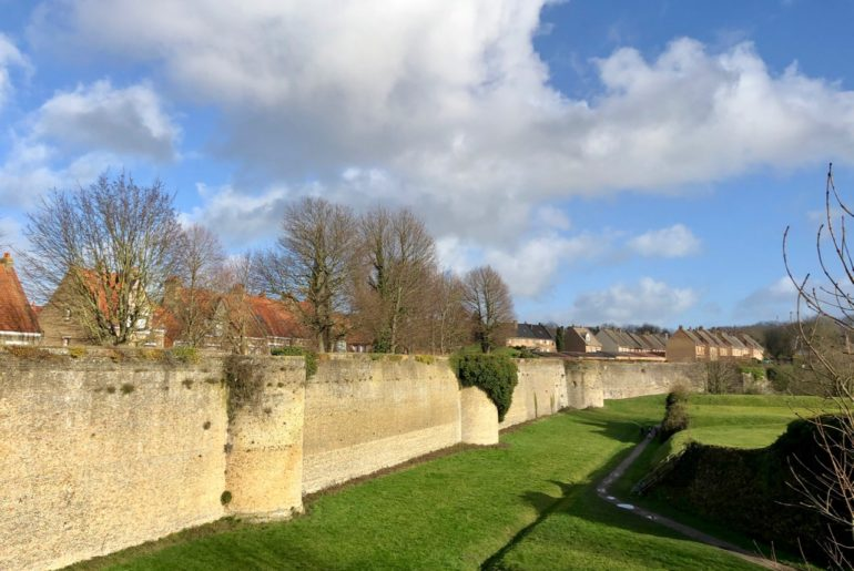 Bergues-vue-ensemble-remparts