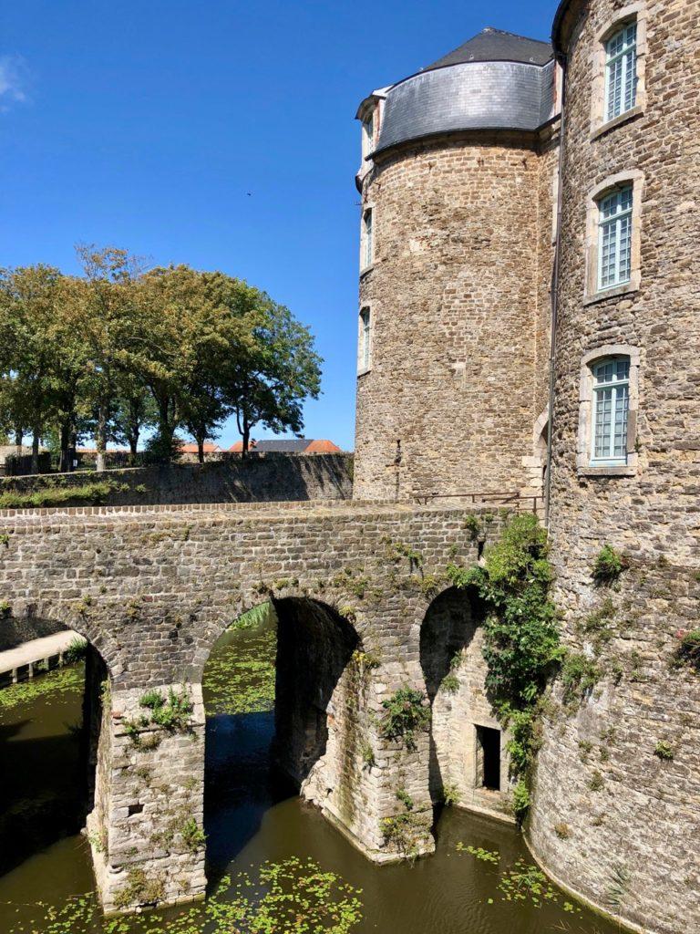 Boulogne-sur-Mer-en-plein-air-promenade-remparts-chaeau-musee-de-profil