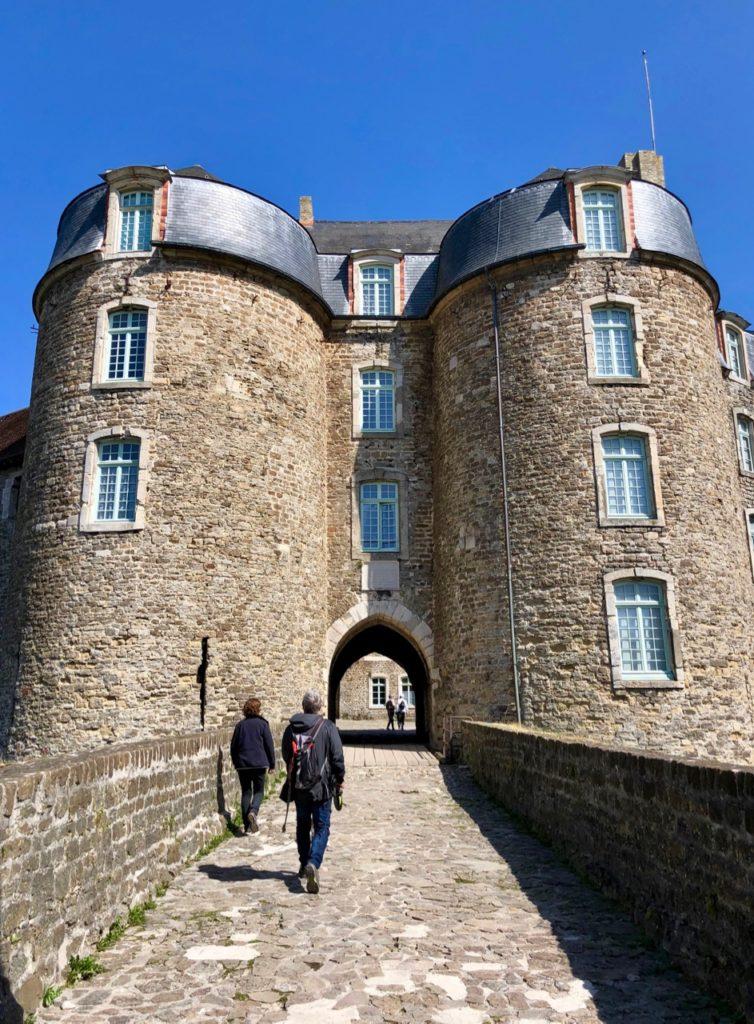 Boulogne-sur-Mer-en-plein-air-promenade-remparts-entree-chateau-musee